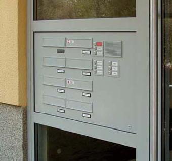 Türseitenteil-Briefkastenanlagen sind auch in wärmegedämmter Ausführung lieferbar. Weiter Infos unter www.tueren-fenster-portal.de | Foto: allebacker Briefkastensysteme